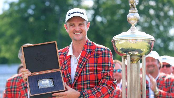 El golfista Justin Rose con el trofeo ganador del torneo