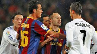 Iniesta se encara con Cristiano Ronaldo.