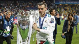 Bale posa con la Champions en Kiev