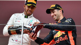 Lewis Hamilton, celebrando junto a Ricciardo en el podio del GP de...