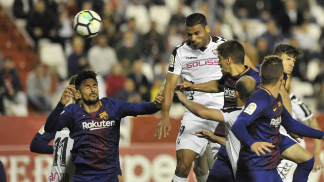Aridane remata ante la defensa azulgrana.