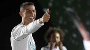 Cristiano Ronaldo sonríe en la fiesta del Bernabéu por la 13