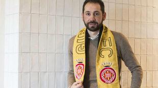 Pablo Machín posa con la bufanda del Girona.