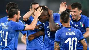 Balotelli recibe la felicitación de sus compañeros.
