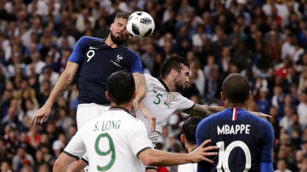 Giroud cabece a la red el 1-0 de Francia a Irlanda