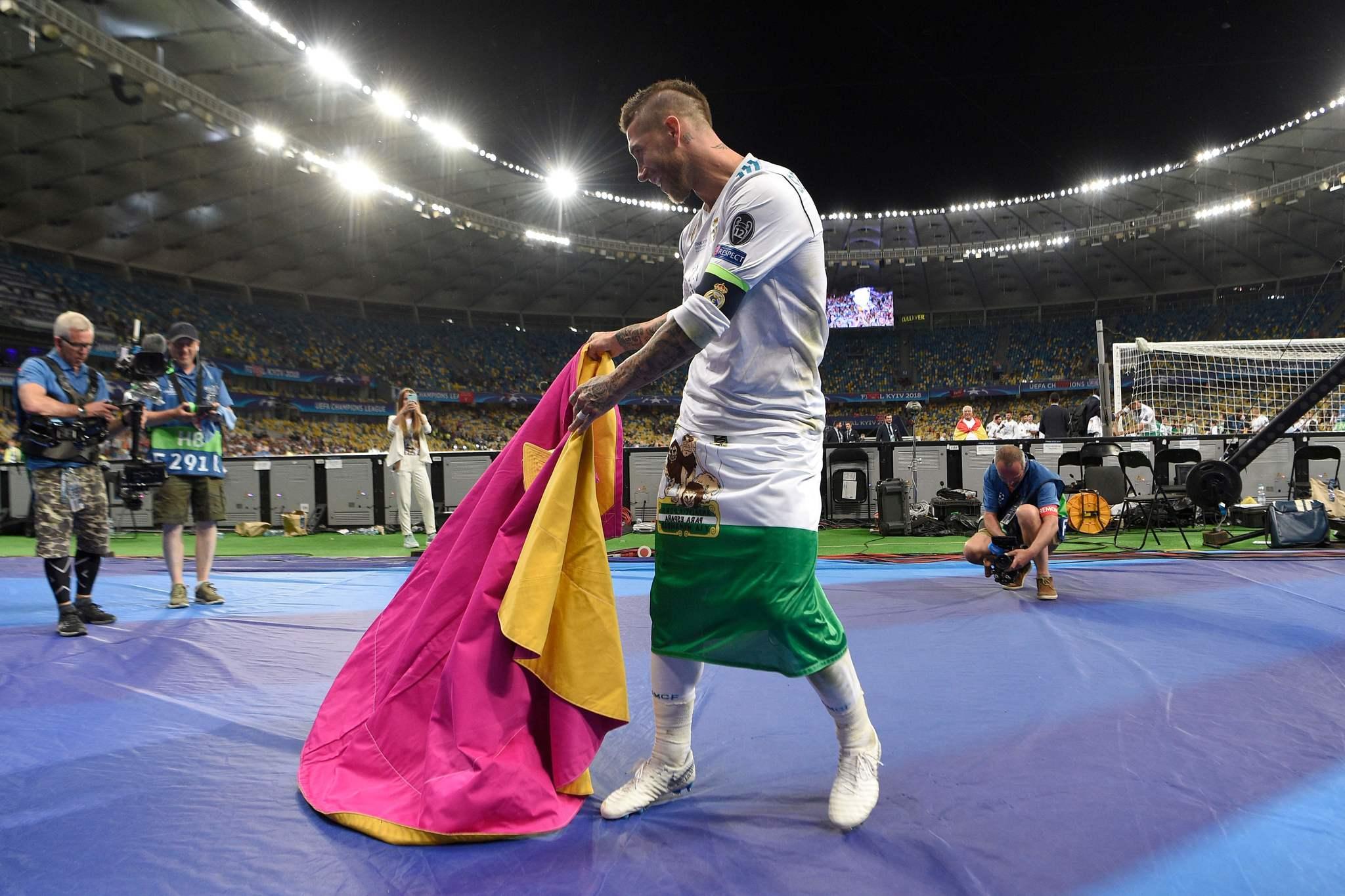 Sergio Ramos toreando, con la bandera de Andalucía en la cintura,...