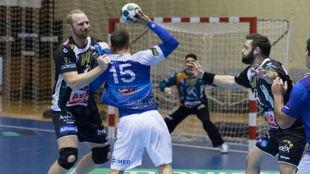 Mikhail Revin defiende a un jugador del Benidorm