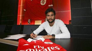 Joao Mario firma su contrato con el Benfica.