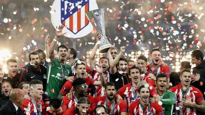 Gabi, rodeado de sus compañeros, levanta el trofeo de la Europa...