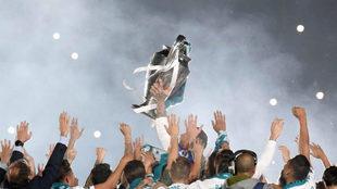 Sergio Ramos levanta la Copa de Europa en la fiesta del Bernabéu