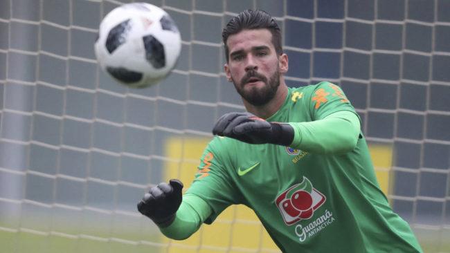 Alisson, en un entrenamiento con Brasil.