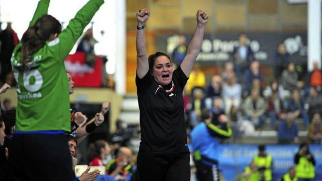 Montse Puche celebrando uno de los título conseguidos con el Bera...