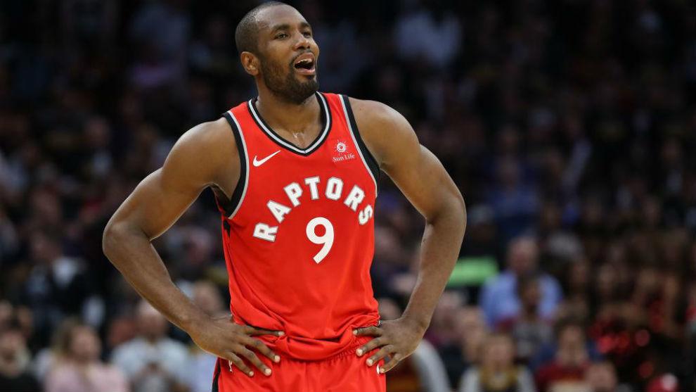 Serge Ibaka jugando en los 'playoffs' de la NBA con los Toronto...