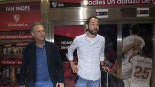 Machín junto a Joaquín Caparrós a su llegada a Sevilla