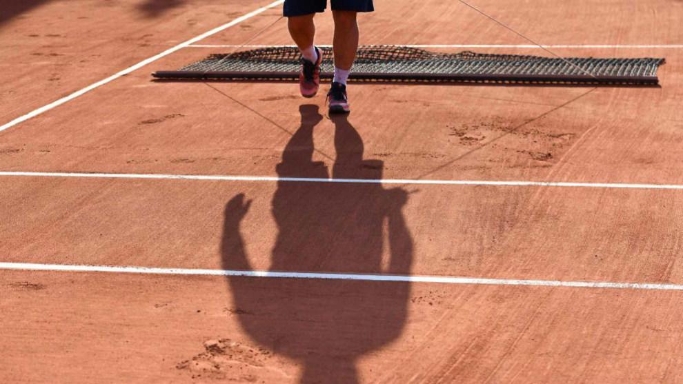 Un operario alisa una de la pistas de Roland Garros