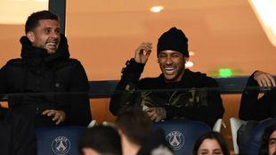 Motta y Neymar sonríen durante el partido entre PSG y Niza.