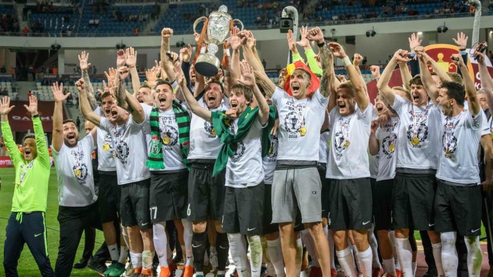 Los jugadores del Tosno celebran la conquista de la Copa rusa.