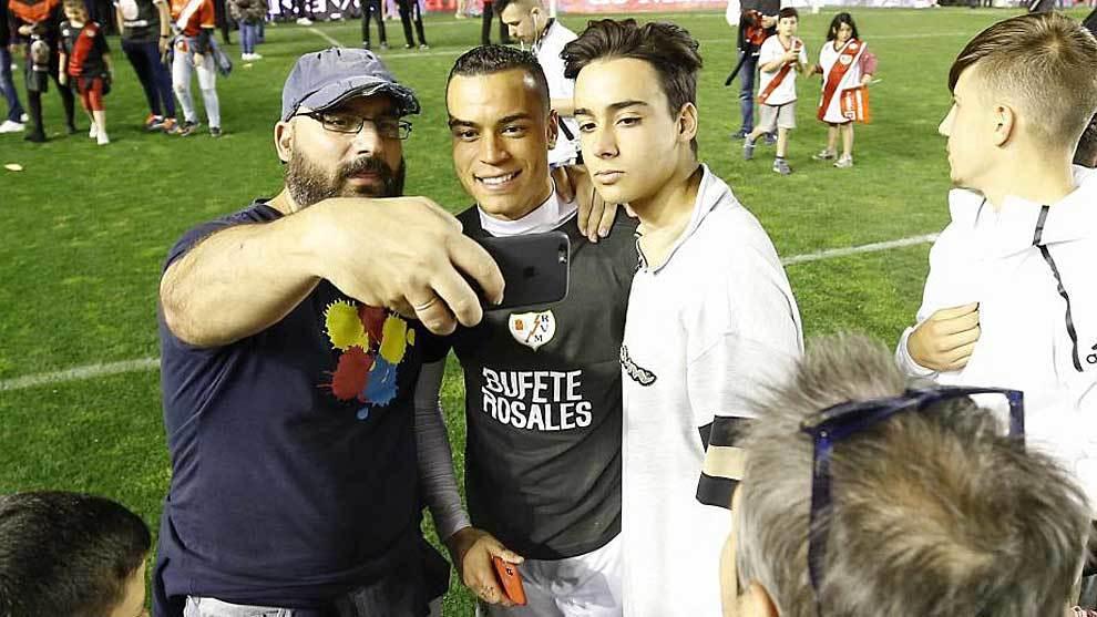 Raúl de Tomás se fotografía con dos aficionados en el mismo césped...