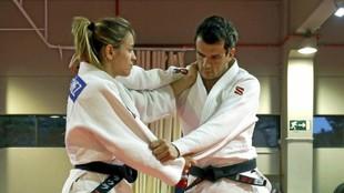 Los judokas Laura Gómez y Sugoi Uriarte, durante un ejercicio.
