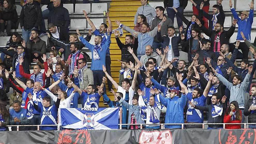 La afición del Tenerife acompañó a su equipo en desplazamientos...