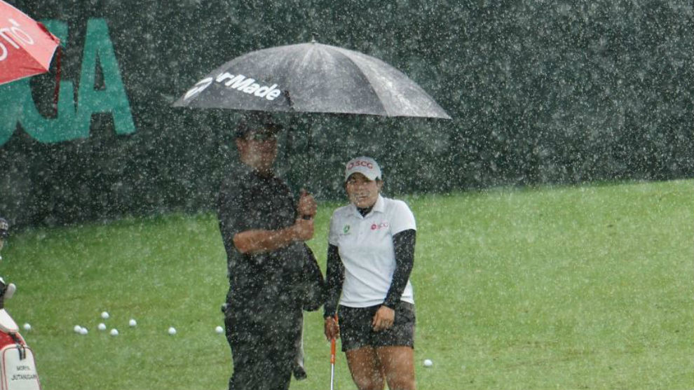 Moriya Jutanugarn, en el campo de prácticas bajo una tromba de agua.