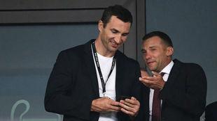 Vitali Klitschko (46) junto a Andriy Shevchenko (41) durante la final...