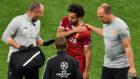 Salah se duele de su lesión durante la final de la Champions.