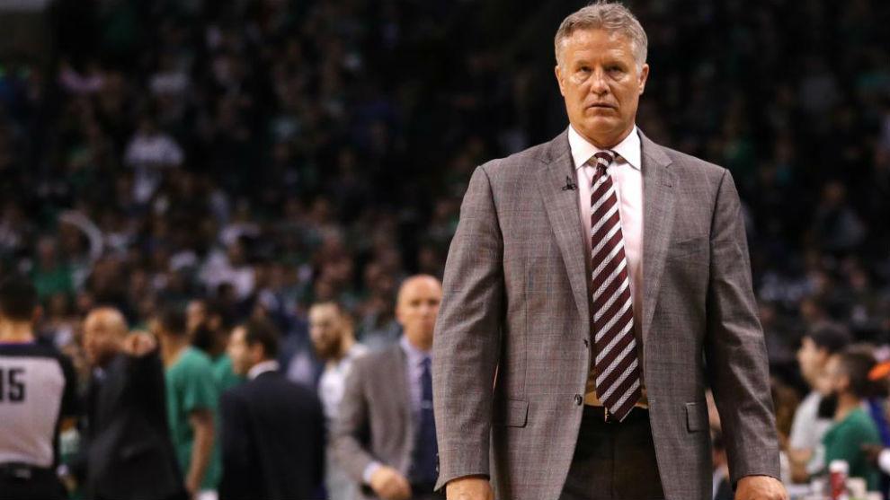 Brett Brown dirigiendo a los Philadelphia 76ers durante los 'playoffs'...