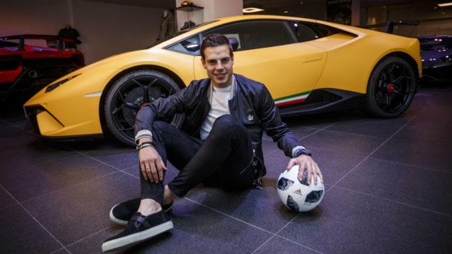 Azpilicueta posa con Lamborghini detrás.
