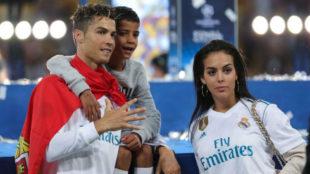 Cristiano posa con su hijo y su pareja tras conquistar la...