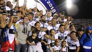 Los jugadores celebran su título.