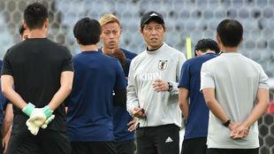 Akira Nishino dialoga con el grupo con Honda al fondo.