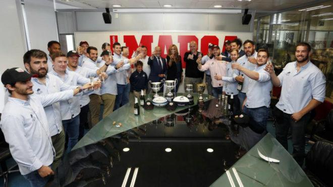 La plantilla del VRAC celebra en MARCA la conquista de los cuatro...