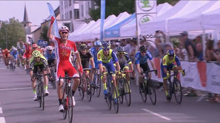 Christophe Laporte levanta el brazo como signo de su victoria.
