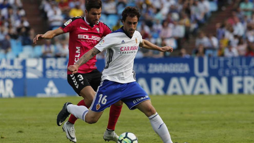 Íñigo Eguaras protege un balón durante un partido.