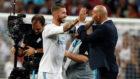 Ramos y Zidane se felicitan tras ganar un partido en el Santiago...