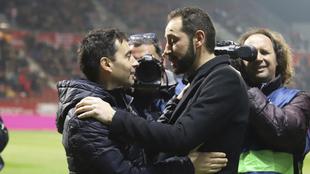 Garitano y Machín se saludan durante un partido