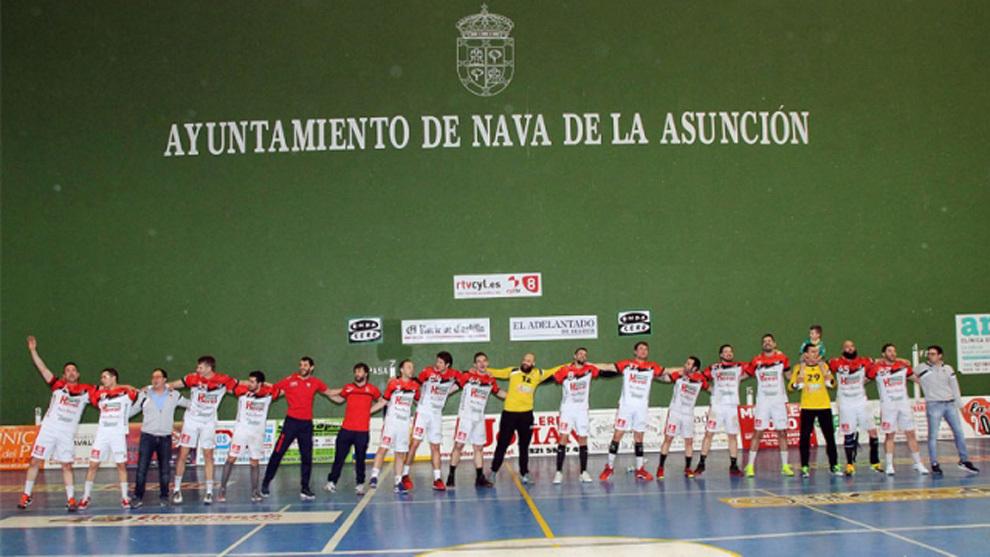 La plantilla del BM Nava celebra la segunda plaza en División de...