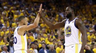 Curry y Green se felicitan tras la victoria