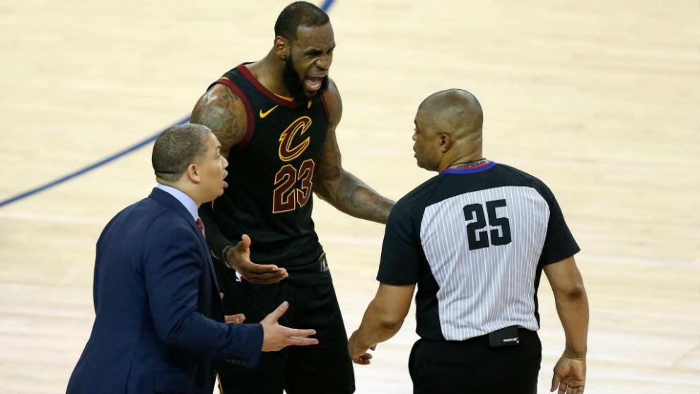 LeBron James y Tyronn Lue protestando a uno de los árbitros