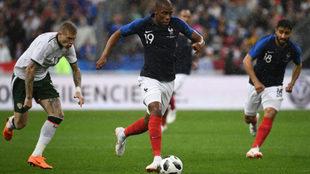 Djibril Sidibe conduce el balón en un partido con la selección...