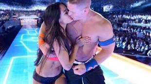 Nikki Bella y Jonh Cena después de prometerse matrimonio
