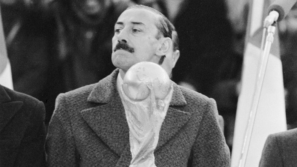 Jorge Videla, vestido de civil, en la ceremonia de inauguración del...