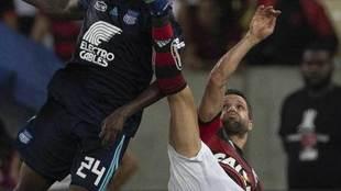 Diego intenta rematar de forma acrobática.