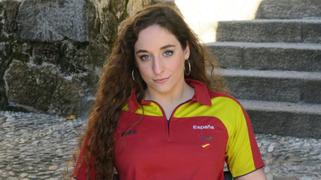 Loida Zabala, halterófila paralímpica, posando con la camiseta del...