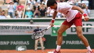 Djokovic estampa la raqueta contra el suelo