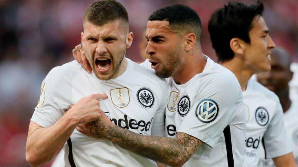 Mascarell celebra con Rebic la victoria ante el Bayern