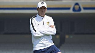 Leandro Augusto observa el entrenamiento de Pumas