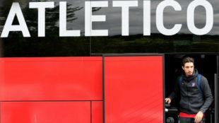 Vrsaljko, bajando del autobús del Atlético a la llegada a Lyon.