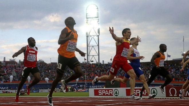 Bruno Hortelano, junto a Churandy Martina, cruza la meta del Europeo...